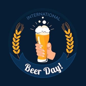Día internacional de la cerveza con mano sujetando vidrio