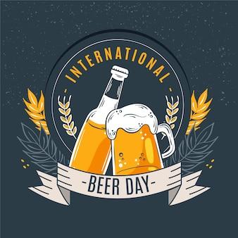 Día internacional de la cerveza con pinta y botella.