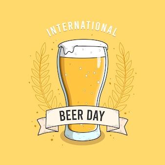 Día internacional de la cerveza con vidrio y espuma.