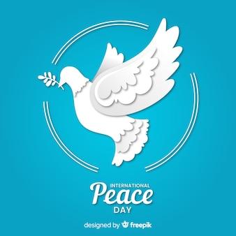 Día internacional de la paz con paloma de papel