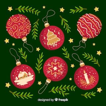 Dibujado a mano bolas de navidad y hojas de pino