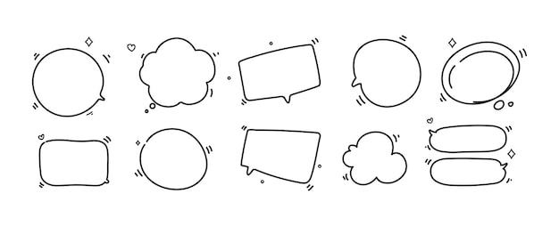 Dibujado a mano doodle conjunto de burbujas de discurso en blanco