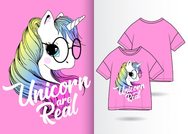 Dibujado a mano lindo unicornio con camiseta