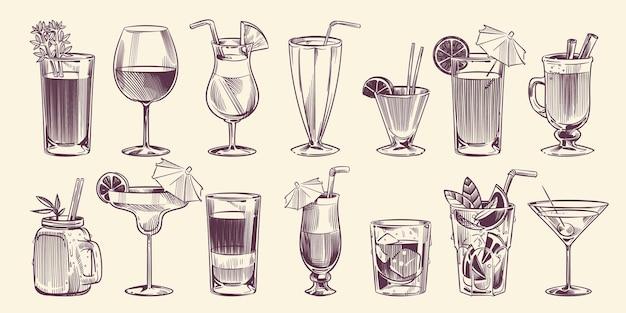 Dibujar cócteles. conjunto de cócteles diferentes dibujados a mano, bebida de alcohol en vaso para el menú de restaurante o cafetería de fiesta, mojito frío, piña colada tropical y margarita, conjunto aislado de vector de estilo de grabado