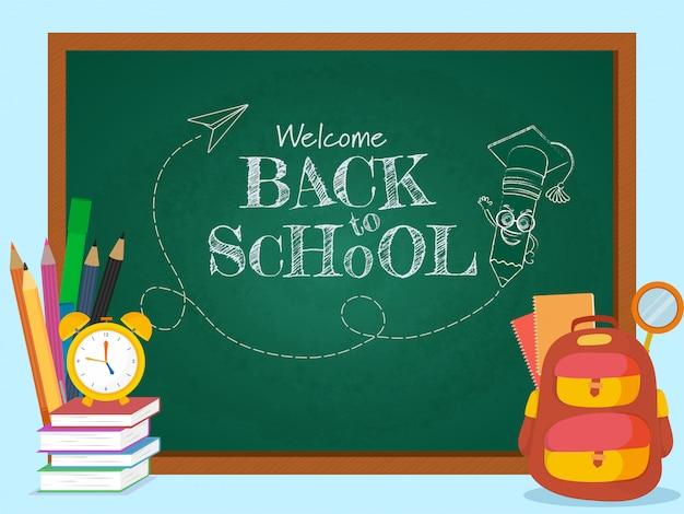 Dibujar el texto de bienvenida de regreso a la escuela con lápiz de dibujos animados con mortarboard en pizarra verde y elementos de suministros.