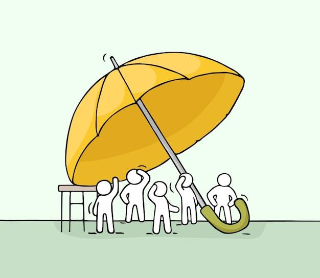 Dibujo de multitud de gente pequeña bajo el paraguas. doodle linda escena en miniatura de trabajadores sobre seguridad. dibujos animados dibujados a mano para diseño social y empresarial.