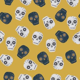 Dibujos animados de calaveras adornan el patrón de doodle sin fisuras. formas espeluznantes grises y azul marino sobre fondo amarillo pálido