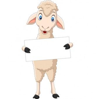 Dibujos animados feliz cordero con cartel en blanco