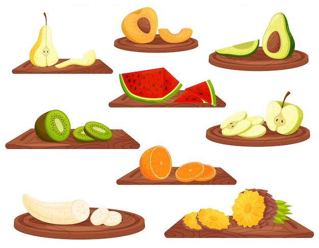 Dibujos animados de frutas en tabla de cortar de madera sobre fondo blanco.