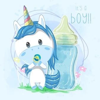 Dibujos animados lindo chico unicornio con biberón - vector