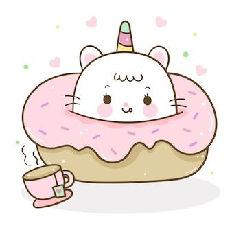Dibujos animados lindo gato unicornio en postre para café