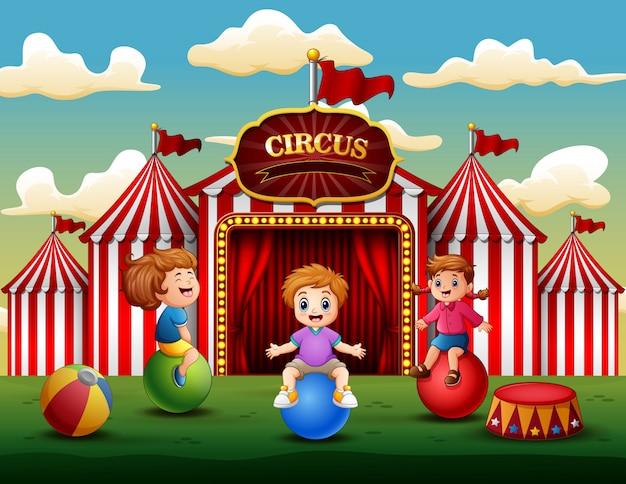 Dibujos animados de niños divirtiéndose en la diversión