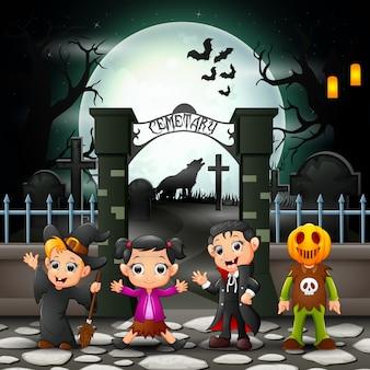 Dibujos animados de niños felices con disfraz de halloween