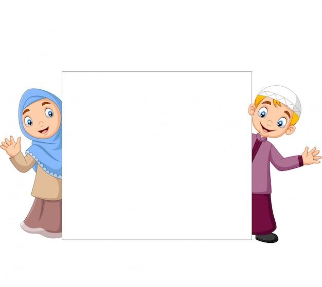 Dibujos animados de niños musulmanes felices con signo en blanco