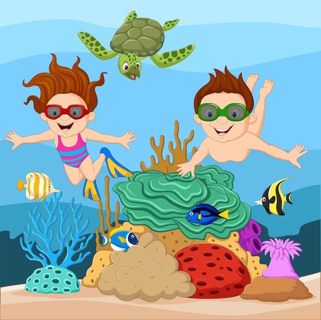 Dibujos animados de niños pequeños buceando bajo el mar