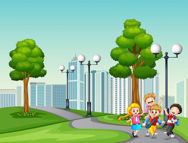 Dibujos animados de niños van al colegio pasando el parque.