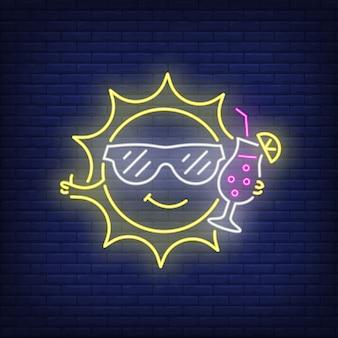 Dibujos animados sol beber cóctel letrero de neón