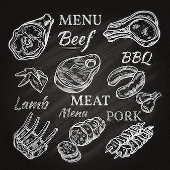 Dibujos de menú de carne retro en pizarra con chuletas de cordero salchichas salchichas de cerdo jamón brochetas productos gastronómicos aislados ilustración vectorial
