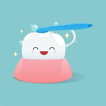 Los dientes lindos de la historieta sonríen feliz y cepillan la limpieza de los dientes, ejemplo