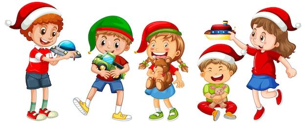 Diferentes niños vestidos con trajes en el tema de navidad y jugando con sus juguetes aislados sobre fondo blanco.