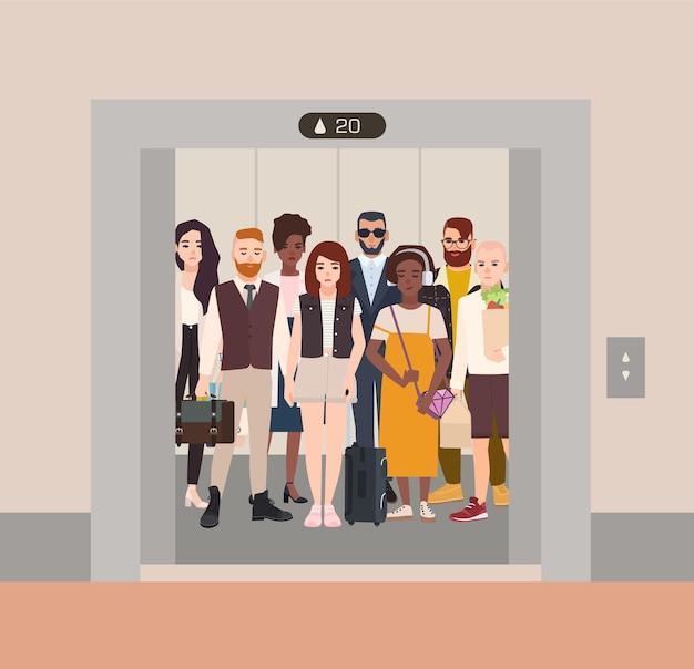 Diferentes personas de pie en ascensor con puertas abiertas.