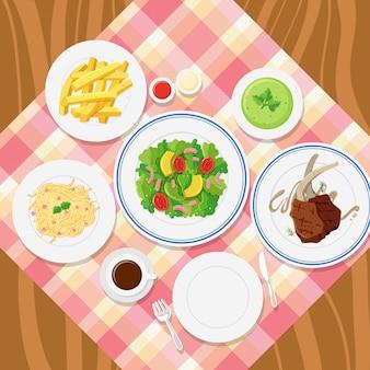 Diferentes platos de comida en mesa.