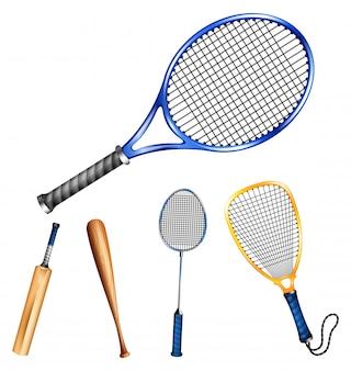 Diferentes raquetas y palos deportivos.