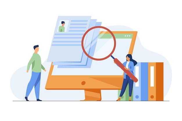 Diminuto gerente de recursos humanos en busca de un candidato para el trabajo. entrevista, lupa, pantalla de computadora ilustración vectorial plana. carrera y empleo