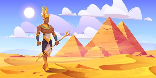 Dios egipcio antiguo amón en el desierto con pirámides
