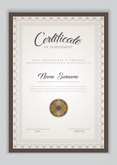 Diploma de plantilla de certificado con adorno de borde, sello y texto de muestra.