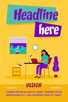 Diseñador independiente femenino en el lugar de trabajo con portátil en casa