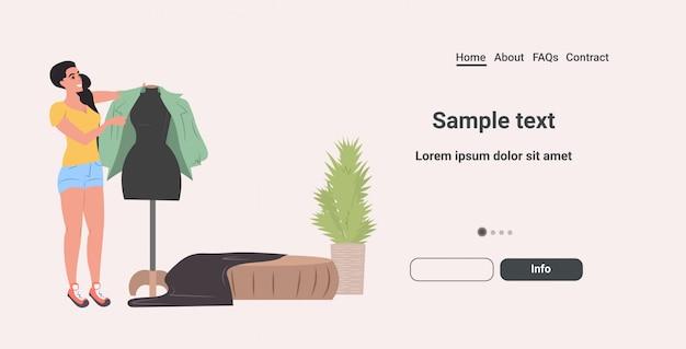 Diseñador tratando de chaqueta en maniquí moda estudio de diseño creativo taller de confección sastrería taller de costura concepto horizontal