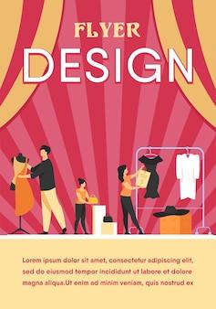 Diseñadores organizando sala de ventas en boutique. personas envolver maniquí en tela, colgar ropa y precio en perchero. plantilla de volante
