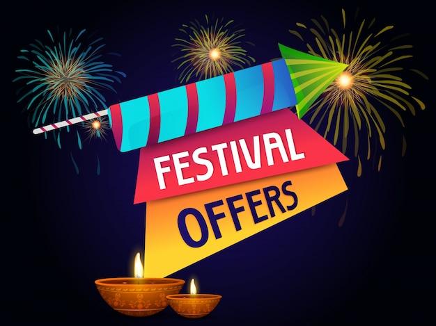 Diseño de la bandera de la oferta del festival de diwali con el petardo, e iluminado las lámparas encendidas petróleo en fondo azul.