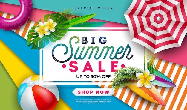 Diseño de banner de venta de verano con pelota de playa, sombrilla y hojas de palmeras exóticas