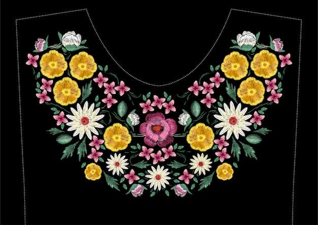 Diseño de bordado de puntada de satén brillante con flores. patrón de línea floral floral de moda para el escote del vestido. ornamento étnico colorido de la moda para el cuello sobre fondo negro.