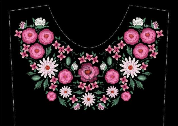 Diseño de bordado de puntada satinada con flores. patrón de línea floral floral de moda para el escote del vestido. ornamento étnico colorido de la moda para el cuello sobre fondo negro.