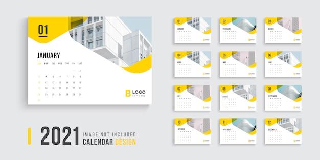 Diseño de calendario de escritorio para 2021 con formas de color amarillo.