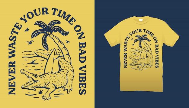 Diseño de camiseta de cocodrilo y playa.