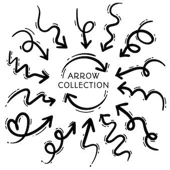 Diseño de conjunto de flechas de dibujo lineal dibujado a mano libre aislado sobre fondo blanco