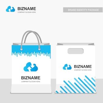Diseño de bolsas de compras de la compañía con el tema azul y el logotipo de la nube