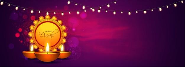Diseño de encabezado o banner del sitio web con lámparas de aceite iluminadas (diya) y guirnaldas de iluminación decoradas sobre fondo marrón para la celebración de happy diwali.