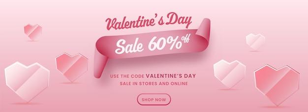 Diseño de encabezado o banner de venta de san valentín con corazones de cristal o cristal.