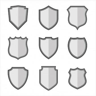 Diseño de escudo de plata en fondo blanco