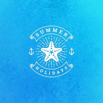 Diseño de eslogan de tipografía de logotipo o insignia de vacaciones de verano