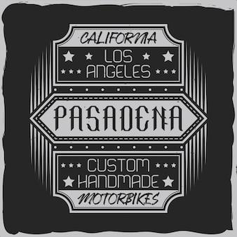 Diseño de etiqueta vintage con composición de letras sobre fondo oscuro.