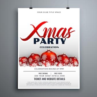 Diseño de flyer de fiesta de celebración de navidad con bolas de decoración roja