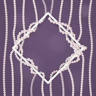 Diseño con hilos de perlas y marco blanco.