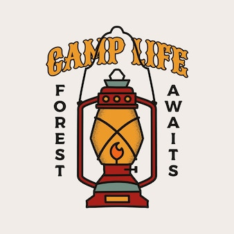 Diseño de ilustración de insignia de camping. logotipo al aire libre con linterna de campamento y cita: la vida del campamento, el bosque aguarda.