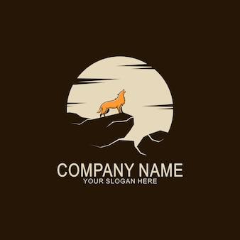 Diseño de logo de lobo en la montaña.
